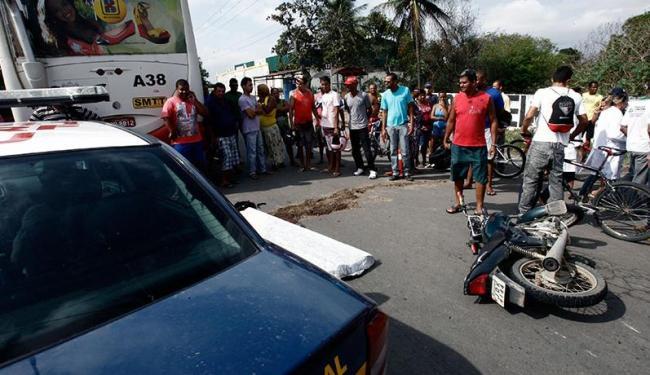 Ônibus tentava parar em um ponto quando foi surpreendido pela motocicleta, que bateu na lateral - Foto: Luiz Tito | Ag. A TARDE