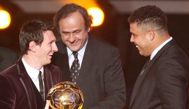 Para o ex-jogador brasileiro, Messi (à esquerda) dá uma magia especial e diferente ao futebol - Foto: Michael Probst / Agência AP