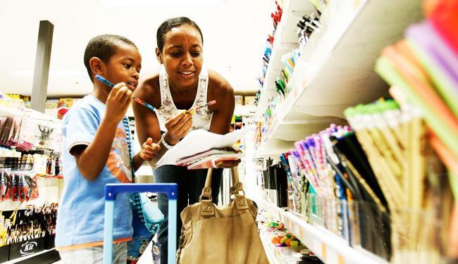 Conforme o Procon, pais não são obrigados a comprar todos os itens da lista de materiais escolares - Foto: Mila Cordeiro | Agência A TARDE | 03/01/2012