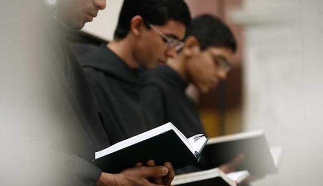 Som das vozes unidas em oração sobe em meio à balbúrdia do Centro - Foto: Raul Spinassé   Ag. A TARDE