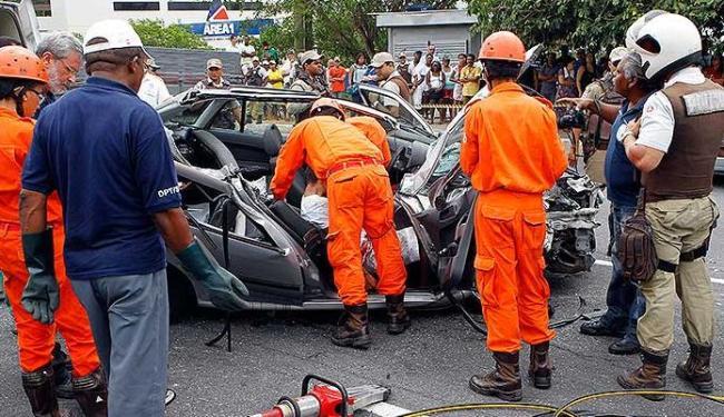 Motorista do Gol foi hospitalizado em estado grave. Casal de amigos morreu no local do acidente - Foto: Eduardo Martins | Agência A TARDE