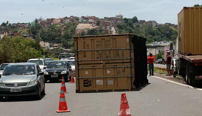 O motorista do caminhão sofreu escoriações e foi socorrido para o Hopsital Roberto Santos - Foto: Mila Cordeiro | Ag. A TARDE
