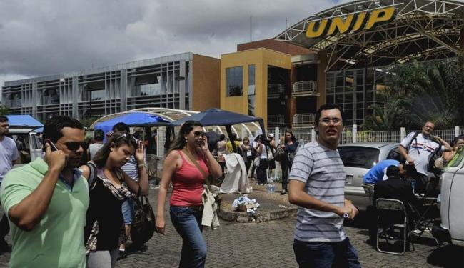 Candidatos que realizavam prova deixam o local depois que prédio sofreu abalo - Foto: Valter Campanato l Agência Brasil