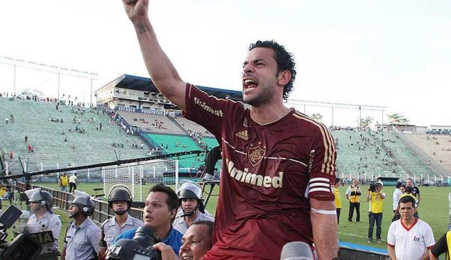 Fred marca duas vezes e é carregado pelos companheiros após o título - Foto: Ricardo Ayres l Photocamera