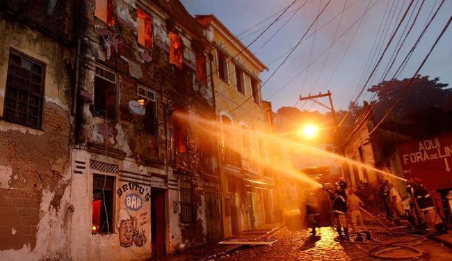 Atraso e falta de água comprometeram trabalho dos bombeiros - Foto: Lúcio Távora | Ag. A TARDE