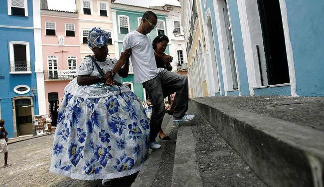 O estudante Raoni precisou de ajuda para superar os degraus da Fundação Casa de Jorge Amado - Foto: Raul Spinassé | Ag. A TARDE