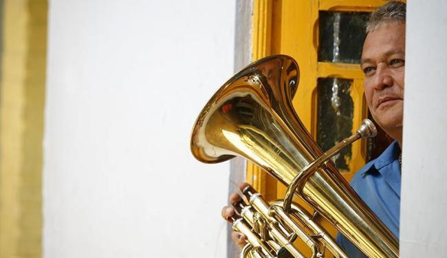 Fred Dantas, 53 anos, vive a música desde a infância - Foto: Raul Spinassé | Ag. A TARDE