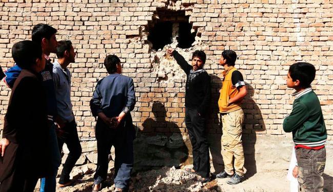 Um dos foguetes caiu próximo a um canal de televisão e outro atingiu um bairro residencial do leste - Foto: Omar Sobhani   Agência Reuters