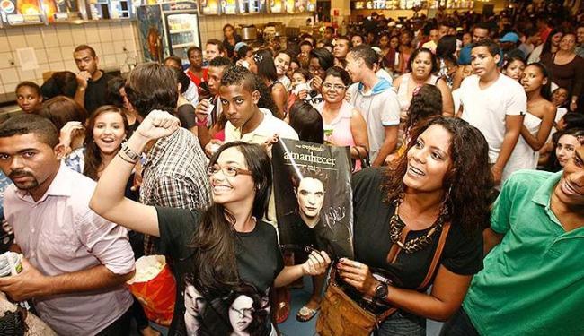Amanhecer - Parte 2 atraiu milhares de fãs baianos no seu primeiro dia de exibição - Foto: Raul Spinassé/ Ag. A TARDE