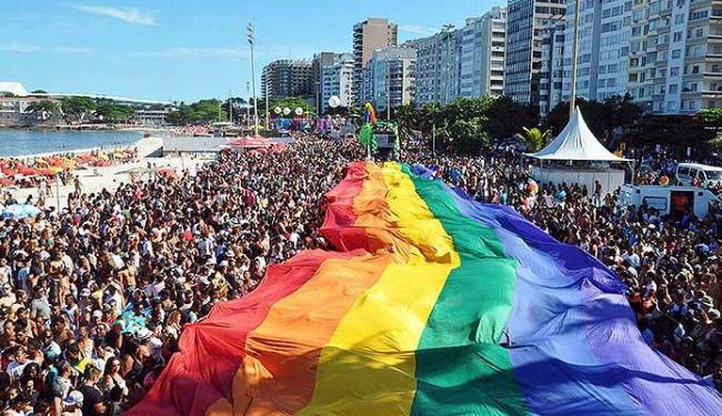 Bandeira do Arco-Íris, símbolo LGBT, foi estendida em Copacabana em nome do respeito à diversidade - Foto: Luis Roberto Lima I Futura Press I AE
