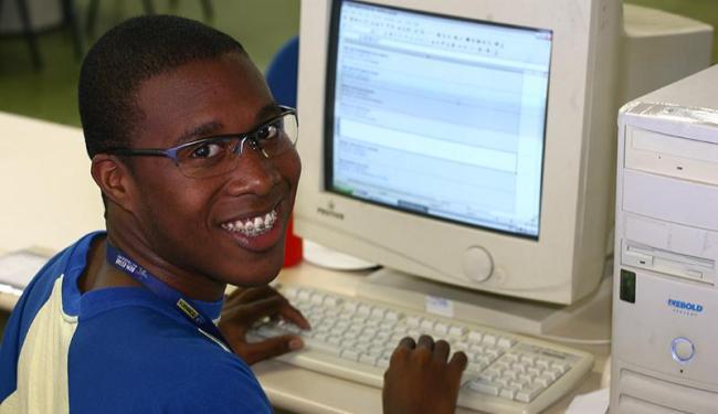 Davi Santana Souza, de 17 anos, conseguiu um emprego através do Programa Jovem Aprendiz - Foto: Fernando Amorim | Ag. A TARDE