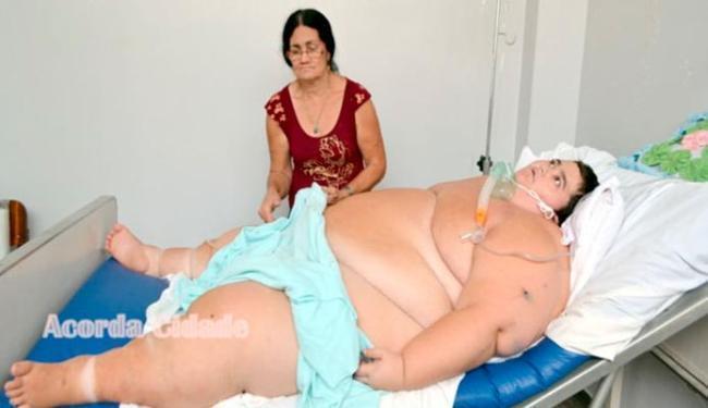 Com 23 anos e e cerca de 280 quilos, Francisco já teve seis paradas cardíacas e respira com ajuda de - Foto: Reprodução | Site Acorda Cidade