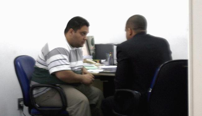 Suspeito (à esquerda) foi ouvido em Feira de Santana nesta sexta-feira - Foto: Luiz Tito l Agência A TARDE