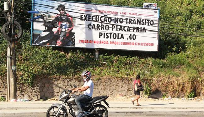 Placa publicitária na região da Avenida Barros Reis chama a atenção de motoristas e pedestres - Foto: Joá Souza | Ag. A TARDE