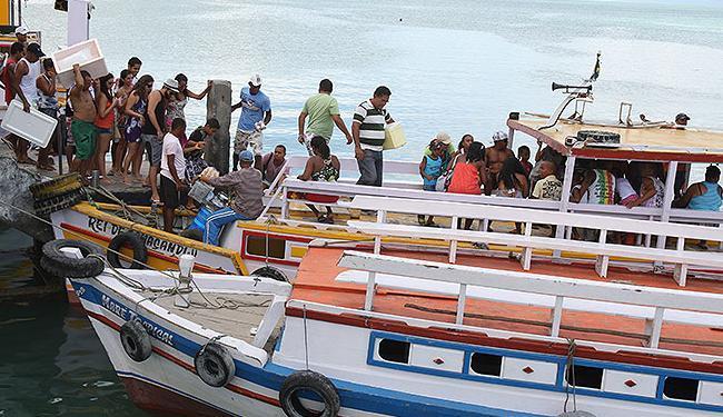 Movimento é intenso, mas não há filas para o embarque nas lanchas que saem do Comércio - Foto: Vaner Casaes   Ag. A TARDE