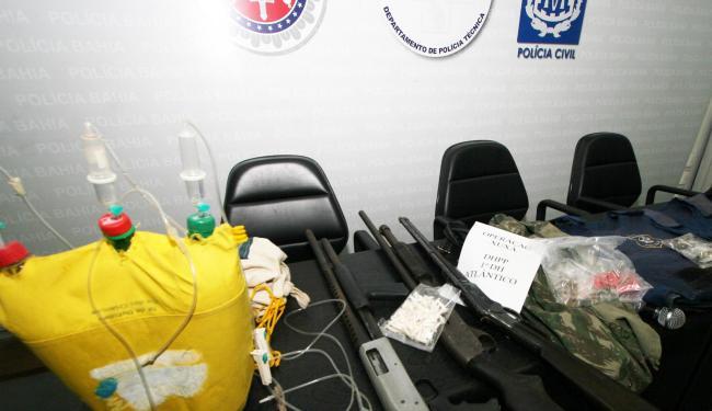 Com a quadrilha, a polícia apreendeu um colete hospitalar improvisado e armas - Foto: SSP   Divulgação
