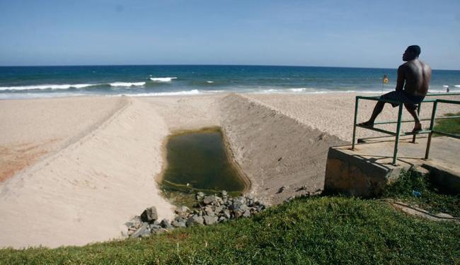 Na orla de Armação, uma lagoa tornou-se esgoto - Foto: Raul Spinassé | Ag. A TARDE