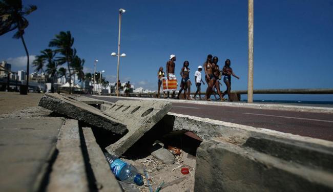 Banhistas convivem com falta de infra-estrutura e sujeira na orla de Salvador - Foto: Raul Spinassé I Agência A TARDE