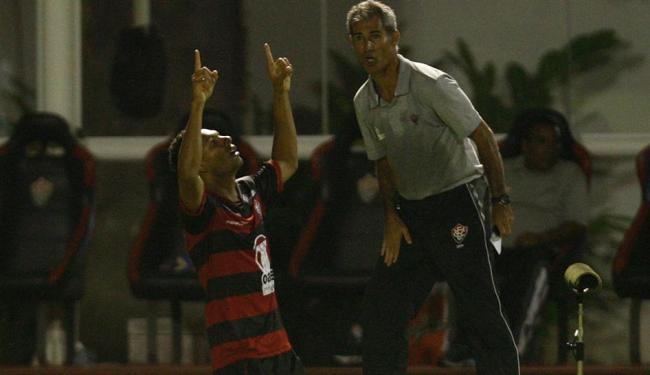 Mansur acerta chute de fora da área e garante triunfo do Vitória sobre o Grêmio no Barradão - Foto: Lúcio Távora | Agência A TARDE