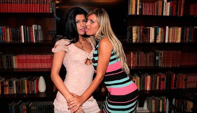 Camila Vernaglia e Andressa Urach posaram para os fotógrafos com beijo de língua (falso, é verdade) - Foto: Ag.ABC   Divulgação
