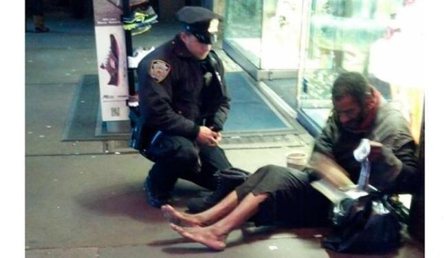 Policia ofereceu um par de botas ao mendigo em Nova York - Foto: Reprodução | Facebook