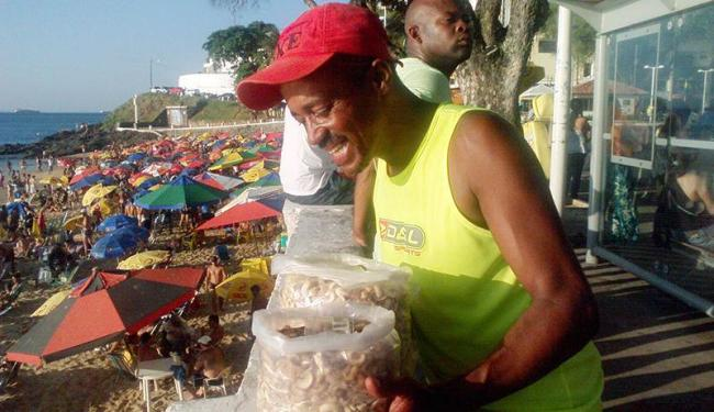 Há 14 anos, Adilton da Silva informa os clientes sobre os benefícios da castanha - Foto: Thaís Seixas | Ag. A TARDE