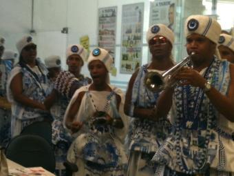 Grupo representando os Filhos de Gandhy emocionaram os funcionários de A TARDE - Foto: Iloma Sales   Ag. A TARDE