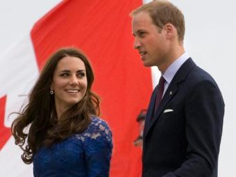 Kate Middleton sorriu ao sair do hospital King Edward VII ao lado do marido - Foto: Adrian Wyld |AP Photo