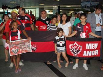 Após classificação para a final da Copa do Brasil, torcedores e familiares recepcionam time Sub-20 - Foto: Esporte Clube Vitória   Divulgação
