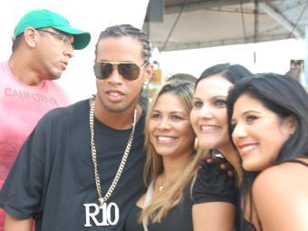 Ronaldinho curtiu a festa acompanhado de amigos - Foto: Francisco Galvão | Divulgação