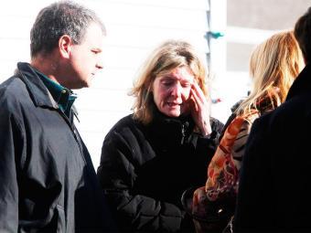 Parentes das vítimas choram do lado de fora da escola Sandy Hook após o aviso sobre o atentado. - Foto: Michelle McLoughlin | Agência Reuters