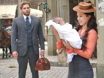 Edgar se emociona ao ver Laura com o bebê no colo - Foto: Divulgação