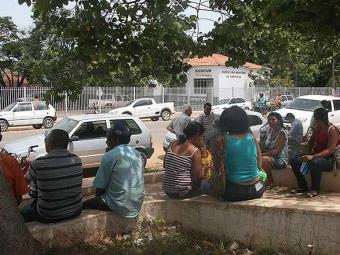 Funcionários da prefeitura de Barreiras aguardam pagamento dos salários em praça próxima ao órgão - Foto: Miriam Hermes | Agência A TARDE