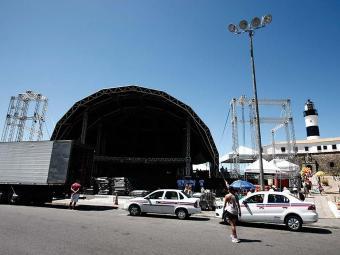 Palco na Barra recebia ajustes na manhã deste sábado - Foto: Fernando Vivas   Ag. A TARDE