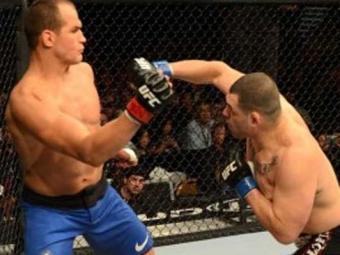 Velásquez acertou Cigano com vários socos de direita - Foto: Reprodução de TV