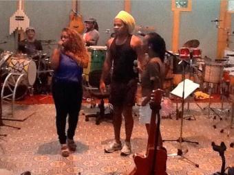 Participante do programa The Voice Brasil ensaia com Brown - Foto: Reprodução