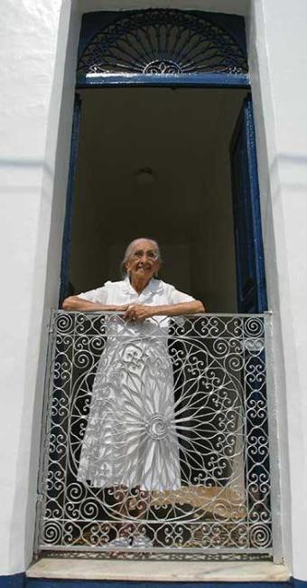 Dona Canô em frente à sua casa, em Santo Amaro da Purificação - Foto: Fernando Vivas | Ag. A TARDE