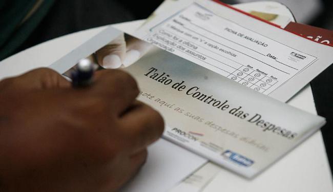 Consumidores preenchem formulários informando sobre valores das dívidas e credores - Foto: Ivan Baldivieso   Arquivo   Ag. A TARDE