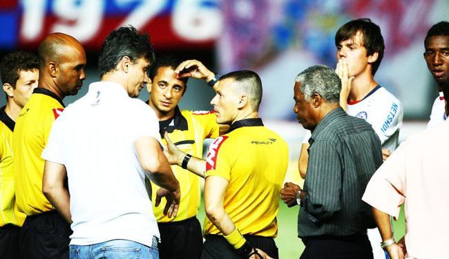 Baixa iluminação em Pituaçu leva jogadores a protestar e a parar o jogo por cerca de 20 minutos - Foto: Fernando Amorim | Agência A TARDE