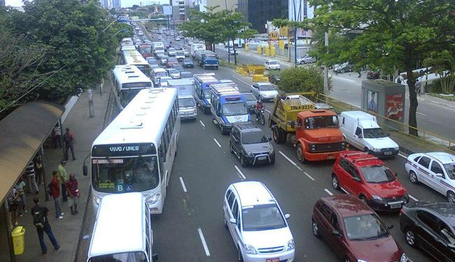 Acidente deixou o trânsito congestionado na Avenida Tancredo Neves - Foto: Henrique Mendes | Ag. A TARDE