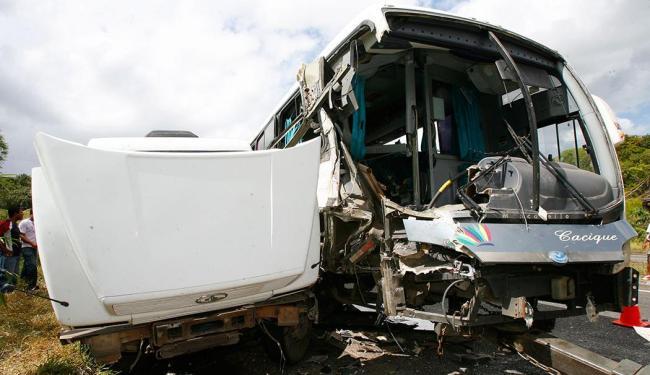 Motorista de uma carreta que transportava ferro faleceu após o veículo ser atingido por ônibus - Foto: Marco Aurélio Martins   Ag. A TARDE