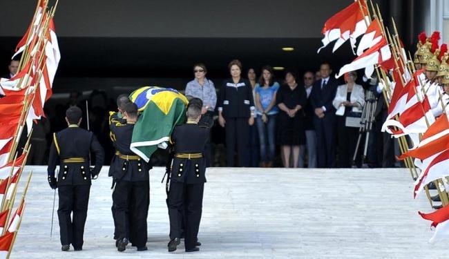 A presidente Dilma e a viúva do arquiteto aguardaram chegada do caixão na rampa do Planalto - Foto: Agência Brasil
