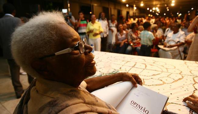 Mãe Stella: noite de autógrafos no Teatro Castro Alves - Foto: Fernando Amorim   Ag. A TARDE