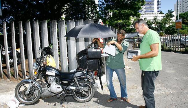 Sotero criou o serviço móvel de fotocópia para ajudá-lo a ter o pão do cada dia - Foto: Margarida Neide | Ag. A TARDE