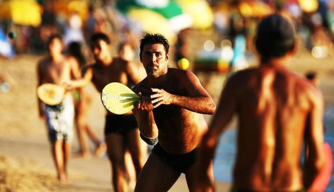 Lúdico, frescobol é bom para reforçar musculatura e para melhorar a respiração - Foto: Raúl Spinassé | Agência A TARDE