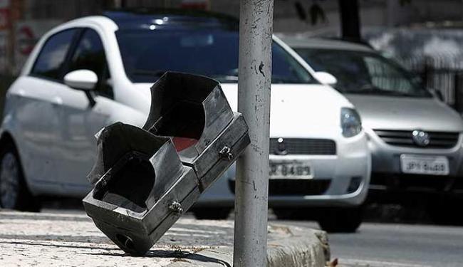 Sinaleiras quebradas complicam a vida de motoristas e pedestres - Foto: Raul Spinassé | Agência A TARDE