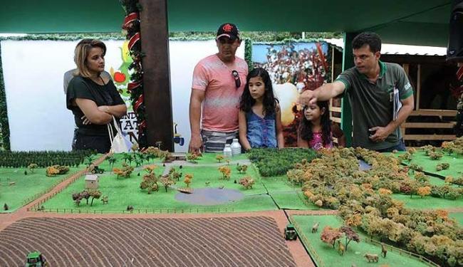 Zootecnólogo explica maquete da fazendinha aos visitantes - Foto: Elza Fiúrza I Agência Brasil