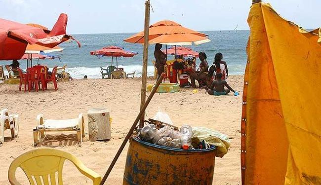 Latões cheios de lixo e barracas de lona tiram o encanto das praias - Foto: Fernando Amorim | Agência A TARDE