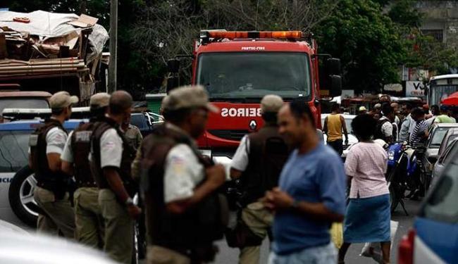 Comerciantes reclamam que estão sem espaço para trabalhar - Foto: Luiz Tito | Ag. A TARDE