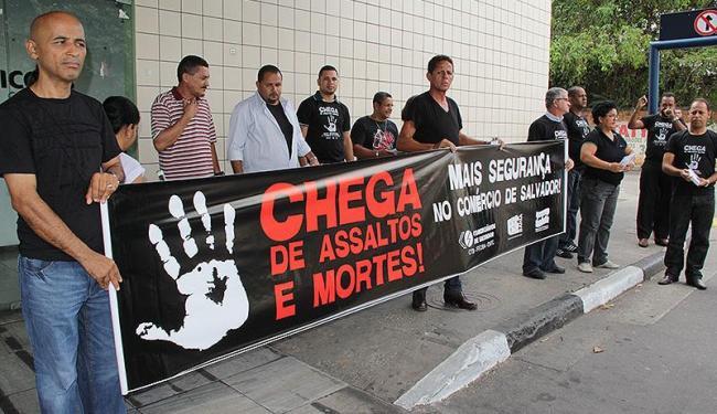 Grupo se aglomera na frente do estabelecimento - Foto: Joá Souza   Ag. A TARDE